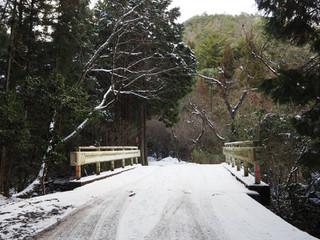 雪の作門寺山門
