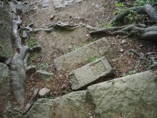 石段に流用された石